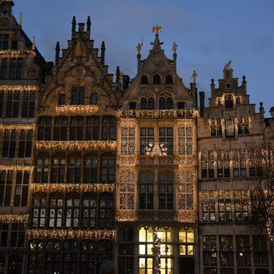 De huizen op de Grote Markt zijn ook prachtig verlicht Sfeerverlichting Antwerpen