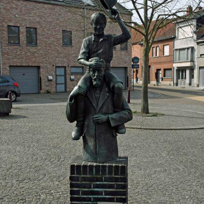 Ter gelegenheid van 100 jaar Ernest Claes, werd een beeld ontworpen door de kunstenaar T. Frantzen. Dit monument werd afgewerkt en ingehuldigd in 1985. Naar aanleiding van de honderdste verjaardag van de geboorte van de schrijver van onder meer De Witte, werd hij vereeuwigd met dit bronzen beeld dat voor de kerk op het kerkplein werd geplaatst. Kunstenaar Frantzen maakte gebruik van Claes' meest populaire verhaal over de ondeugende bengel en creëerde een waarheidsgetrouw beeld van de bekendste inwoner ooit met op zijn schouder de immer populaire 'Witte'.