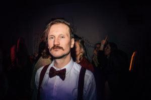 man met snor, reportage, feest, oudejaarsavond, NYE, 2020, partyfoto, feestfotografie