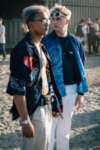 festivalfoto, twee jongens op het strand, festivaloutfit, party, fire is gold