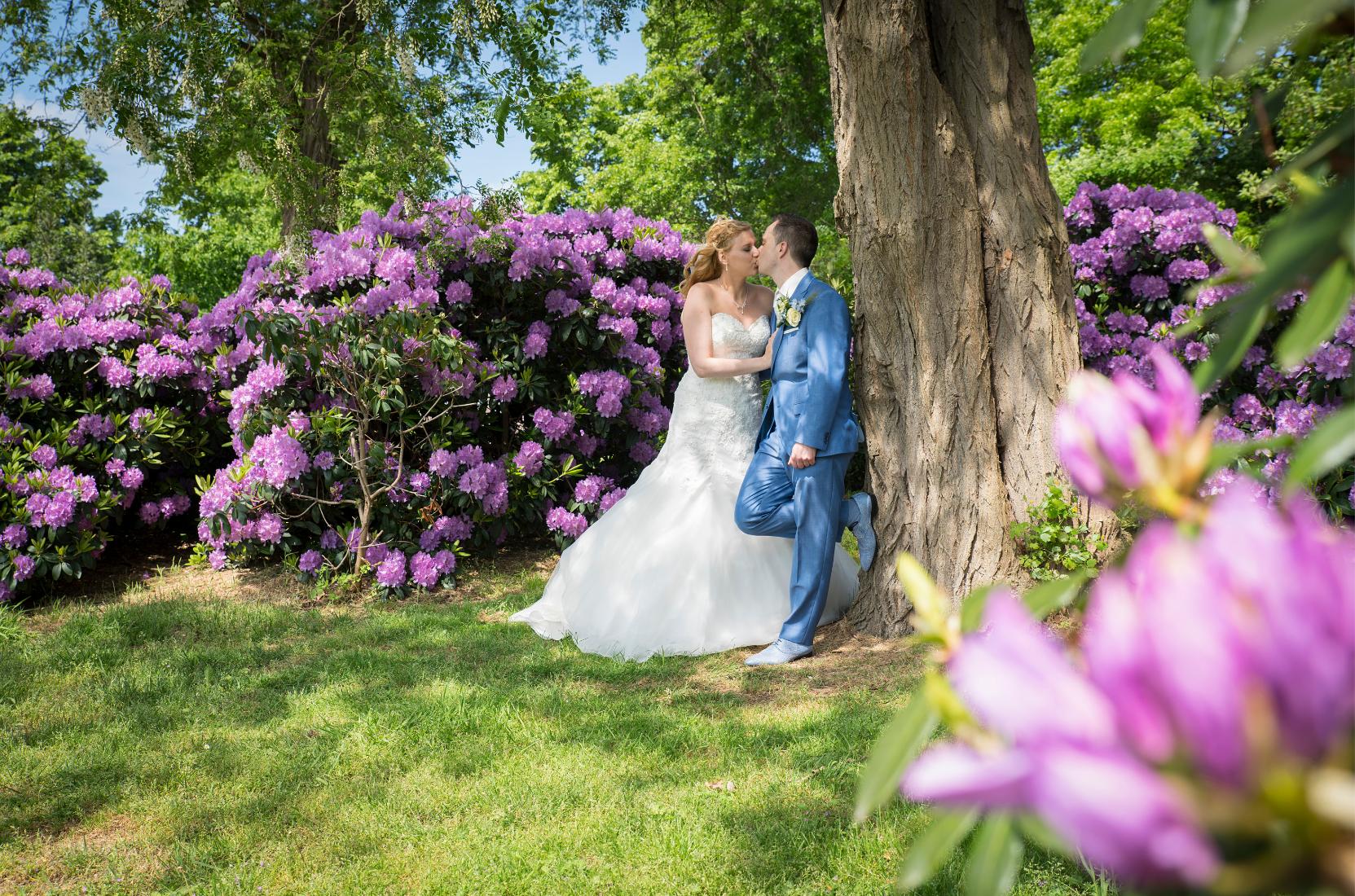 Bruidsrapportage Den Bosch kleurrijk met bloemen bij een boom door Fotostudio Difa Den Bosch
