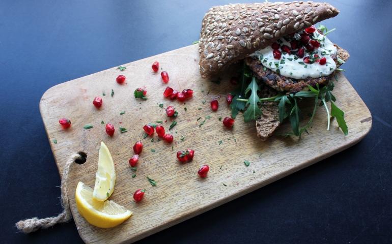 Bulgur-feta-paddestoelen burger met frisse mierikswortelsaus