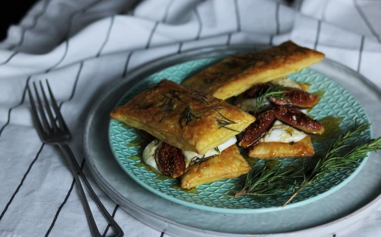 Hartige tompouce met Gorgonzola-room en vijgen met honing uit de oven