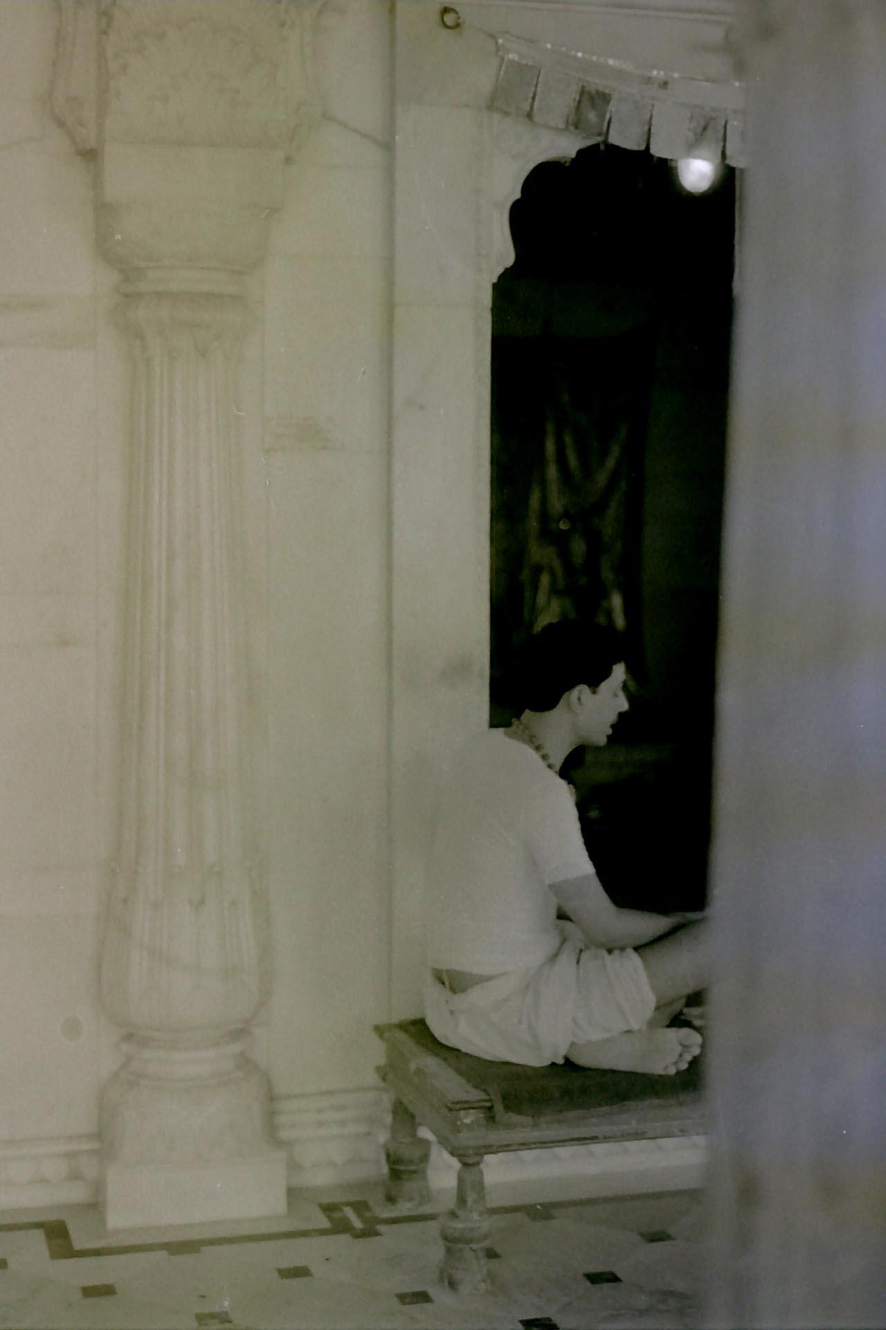 036-Bramino che prega nel Tempio,India 1990
