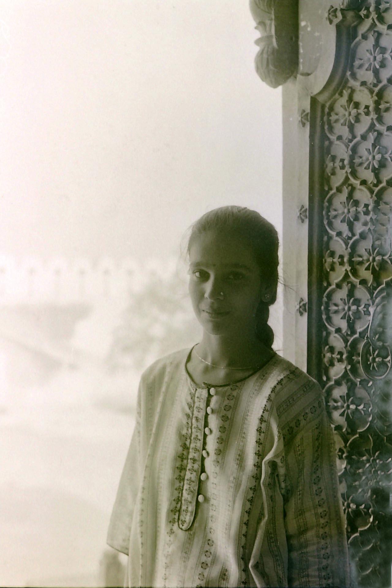 Ragazza indiana sulla porta del tempio di jaipur,1990