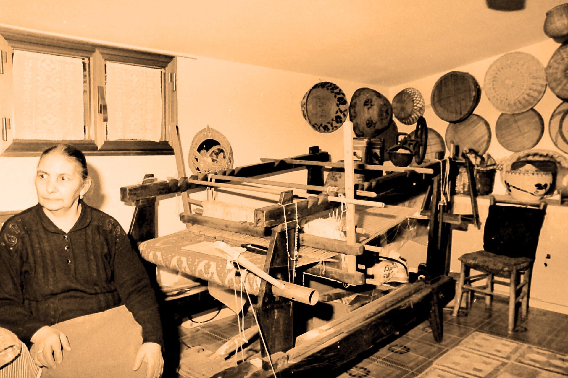 Tessitrice con antico telaio, Sardegna ,Arti & Mestieri 2001-'02