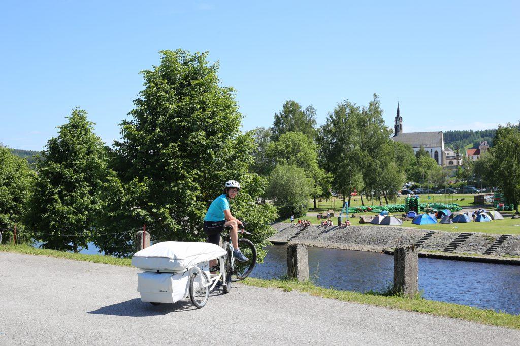 Elke mit bturtle, dahinter Campingplatz Vyssi Brod