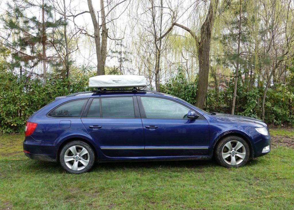 blaues Auto mit ROOF im Fahrmodus
