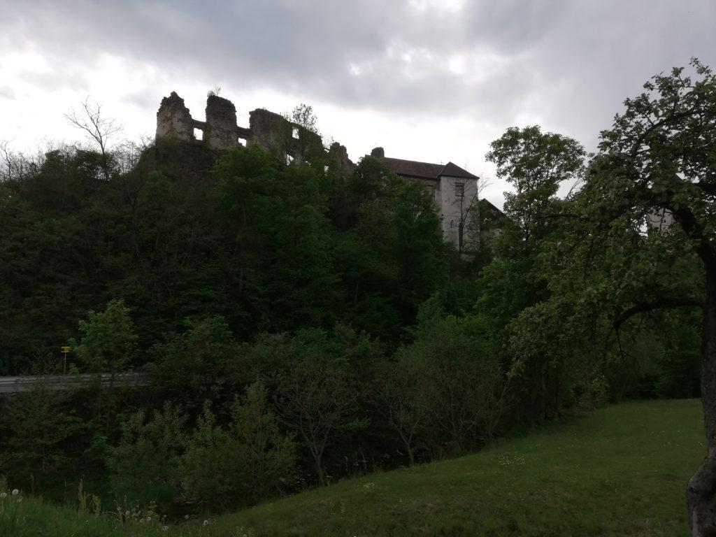 Ruine im Hintergrund