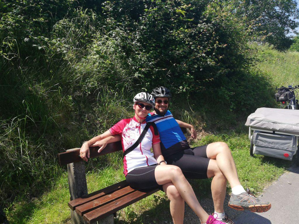 Sabine und Heinz sitzen auf der Bank