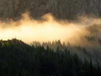 Dimma och soluppgång över bergsmassiven, Slovenien
