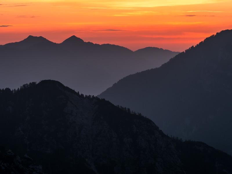 Soluppgång över begsmassiven, Slovenien.