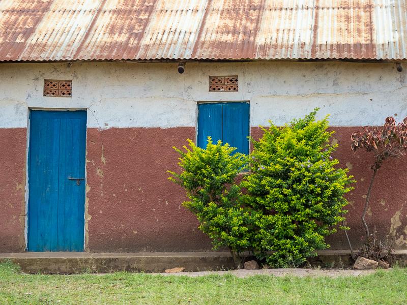 Blå dörrar i Uganda.