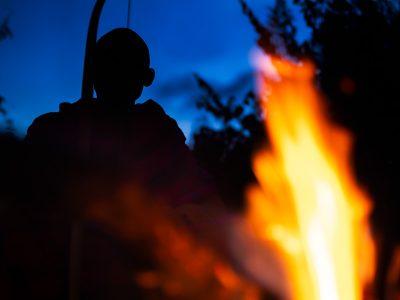 Masai vid eldstaden.