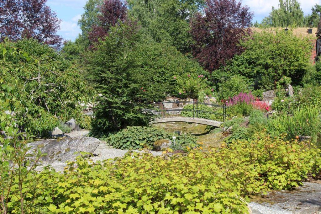Nydelig hage med romantisk bro i Odden Hage