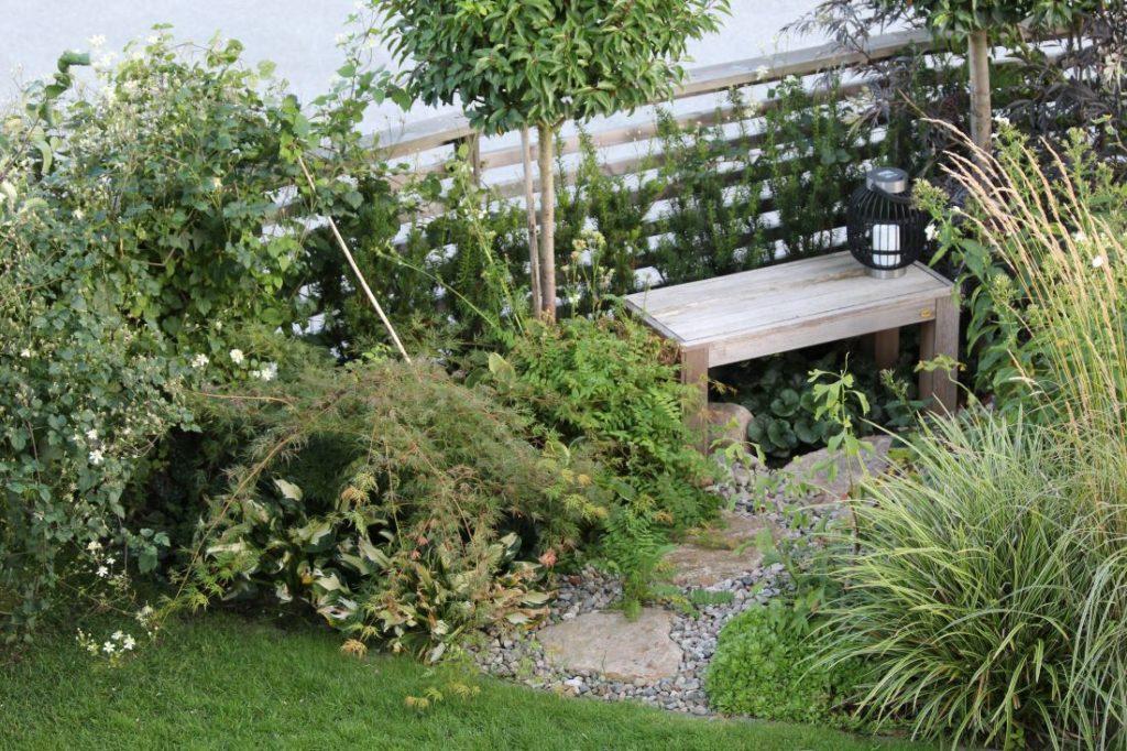 Benk i hagen, grønn glede