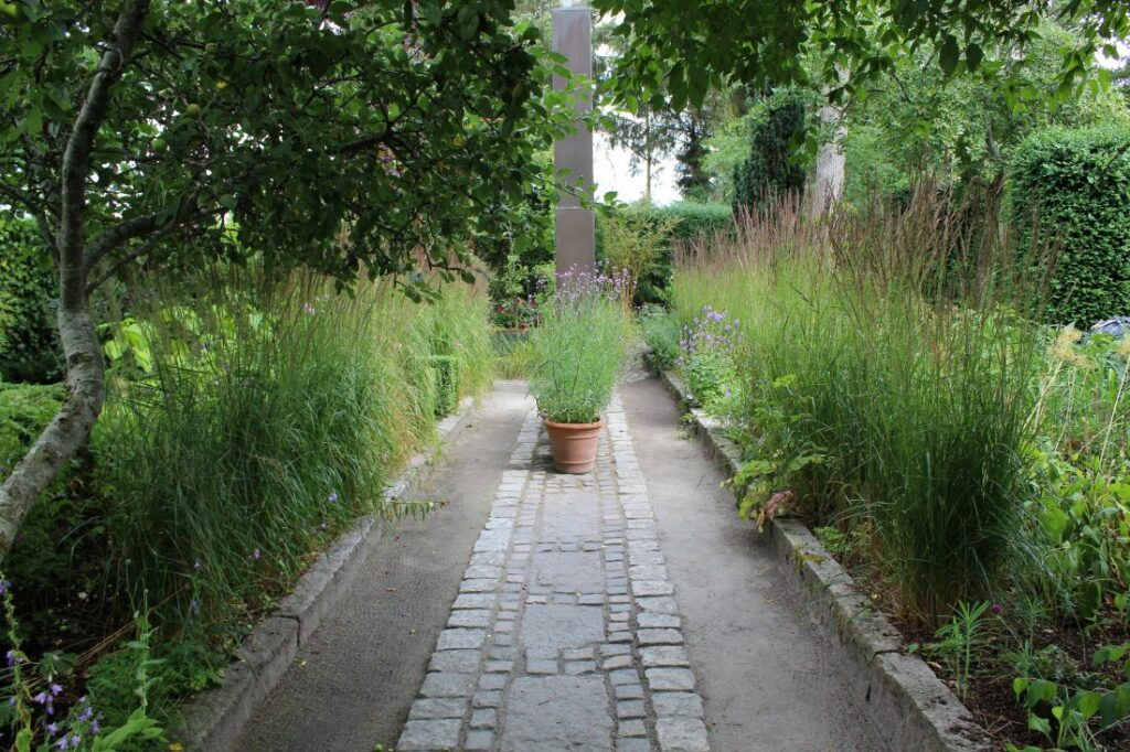 Symmetri i hagen og flott prydgress