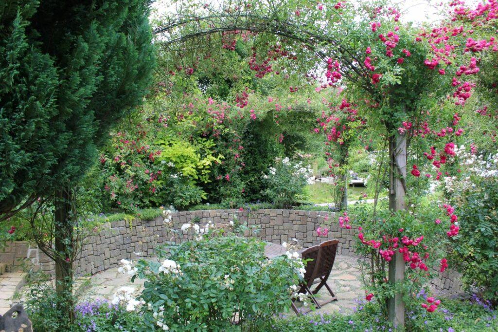 Sunken garden med rosebuer