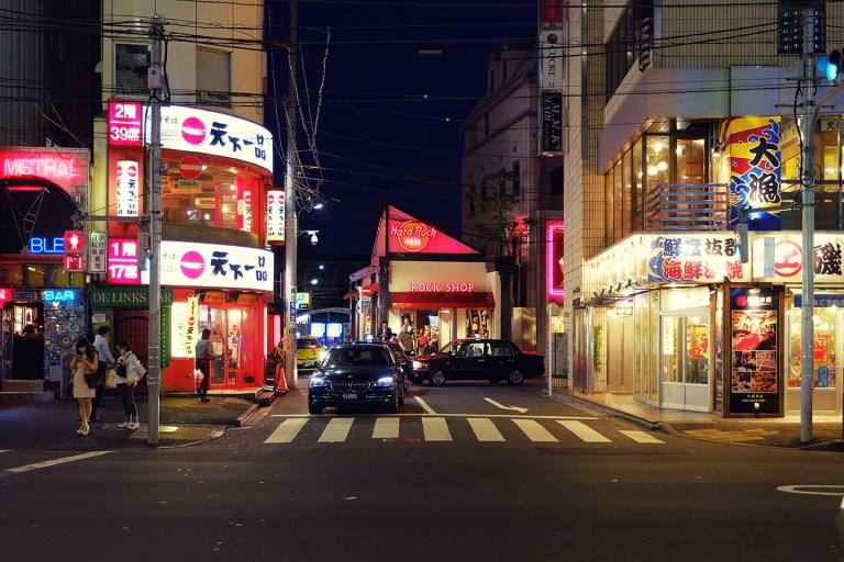 Fujifilm X-T1 + XF 16-55mm WR, @29 mm, F2.8, ISO 800, 1/40 sec, hand-held. Roppongi Hills, Tokyo, Japan.