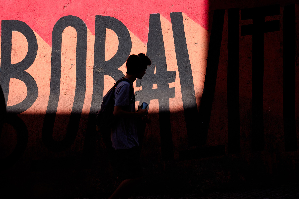 Lisbon early morning street life – X-T10 + XF55-200mm