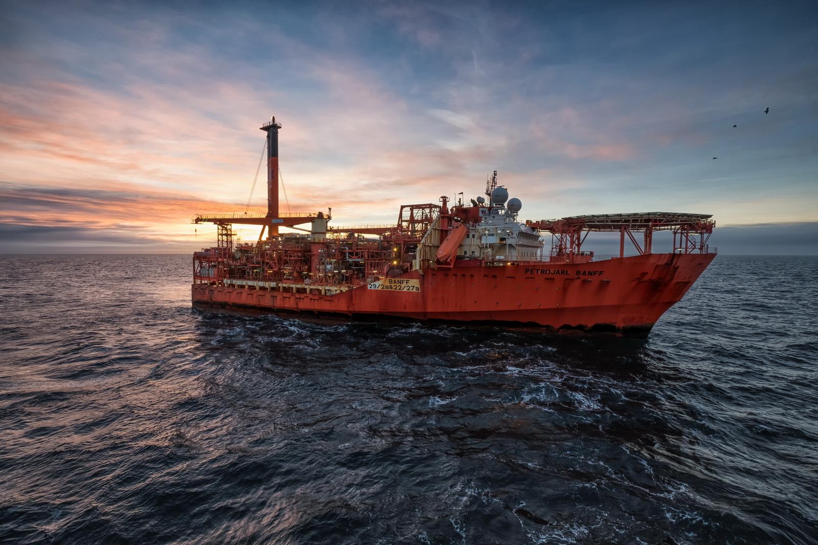 Petrojarl Banff – FPSO Petrojarl Banff under the Sunrise. This unit is a part of Banff Oilfield located on the North Sea. Fuji XPro-2, XF 10-20, 1/125s, f8, ISO 200