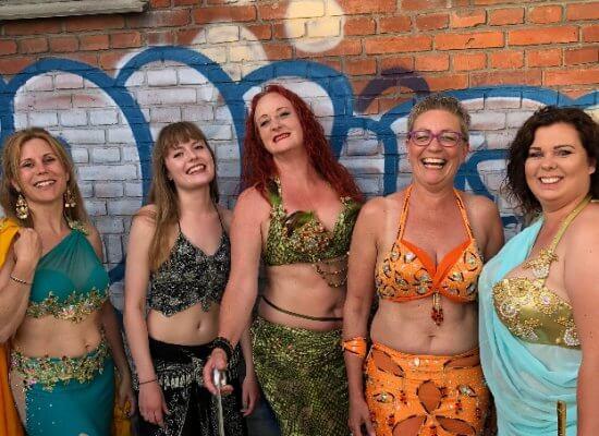 Tre kvinder klar til show