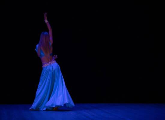 Mavedanser på scene i blåt lys