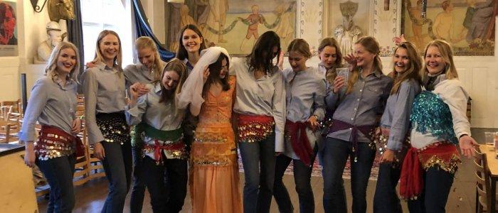 Show/Polterabend - En gruppe piger på polterabend lærer mavedans