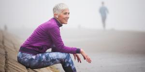 Uitrustende vrouw in sporkleding ter illustratie van fysiotherapiebehandeling bij kanker