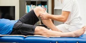 Laten zien van een fysiotherapiebehandeling aan de knie