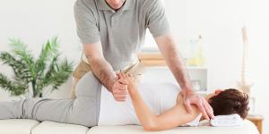 Laten zien van een manuele fysiotherapiebehandeling