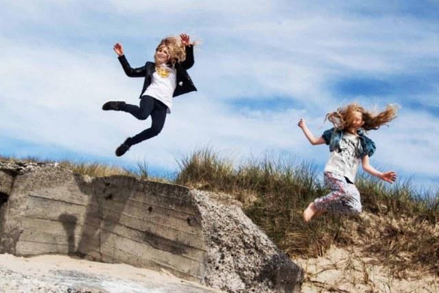 Fysnord specialiseret fysioterapi Børn der hopper i klitter 640 x 428