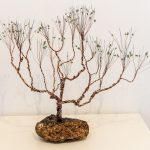 Nr. 3806 - Træ på Maden - h45xb50xd30 - jern og kobbertråd og grøn aventurin - kr. 1.500,-