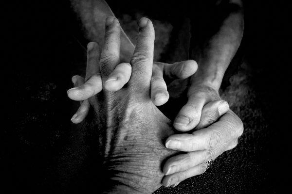 Peder-Fredskild-flettede-fingre