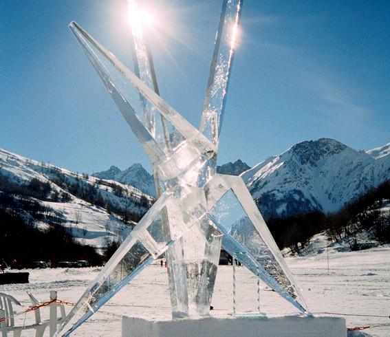 Morten Grau Møller laver skulpturer i træ sten og is