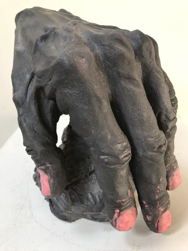 Lea-Grau-keramik-haand