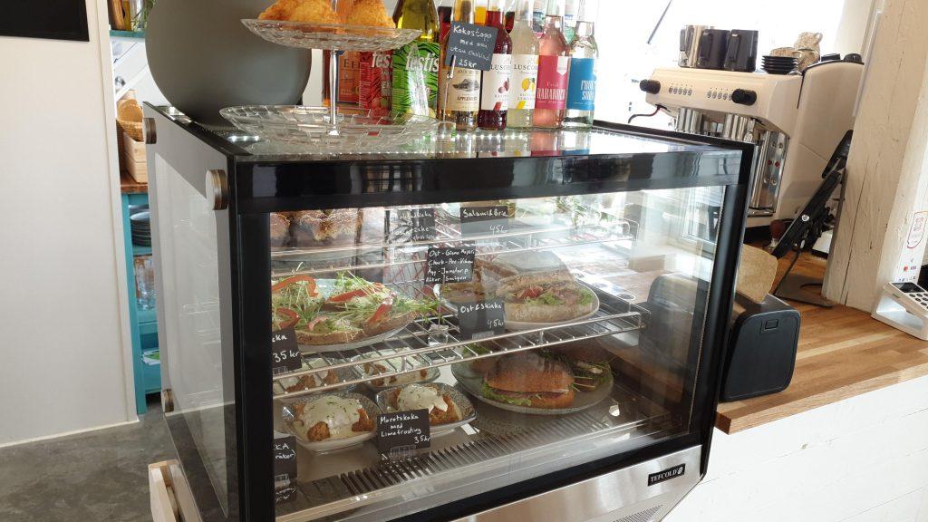 Närbild på vår displaykyl med mackor och kakor