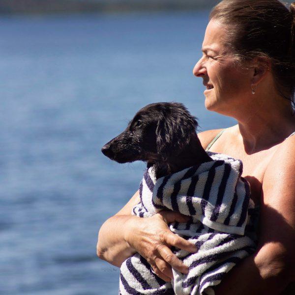 Breeder Pia holding puppy Issa