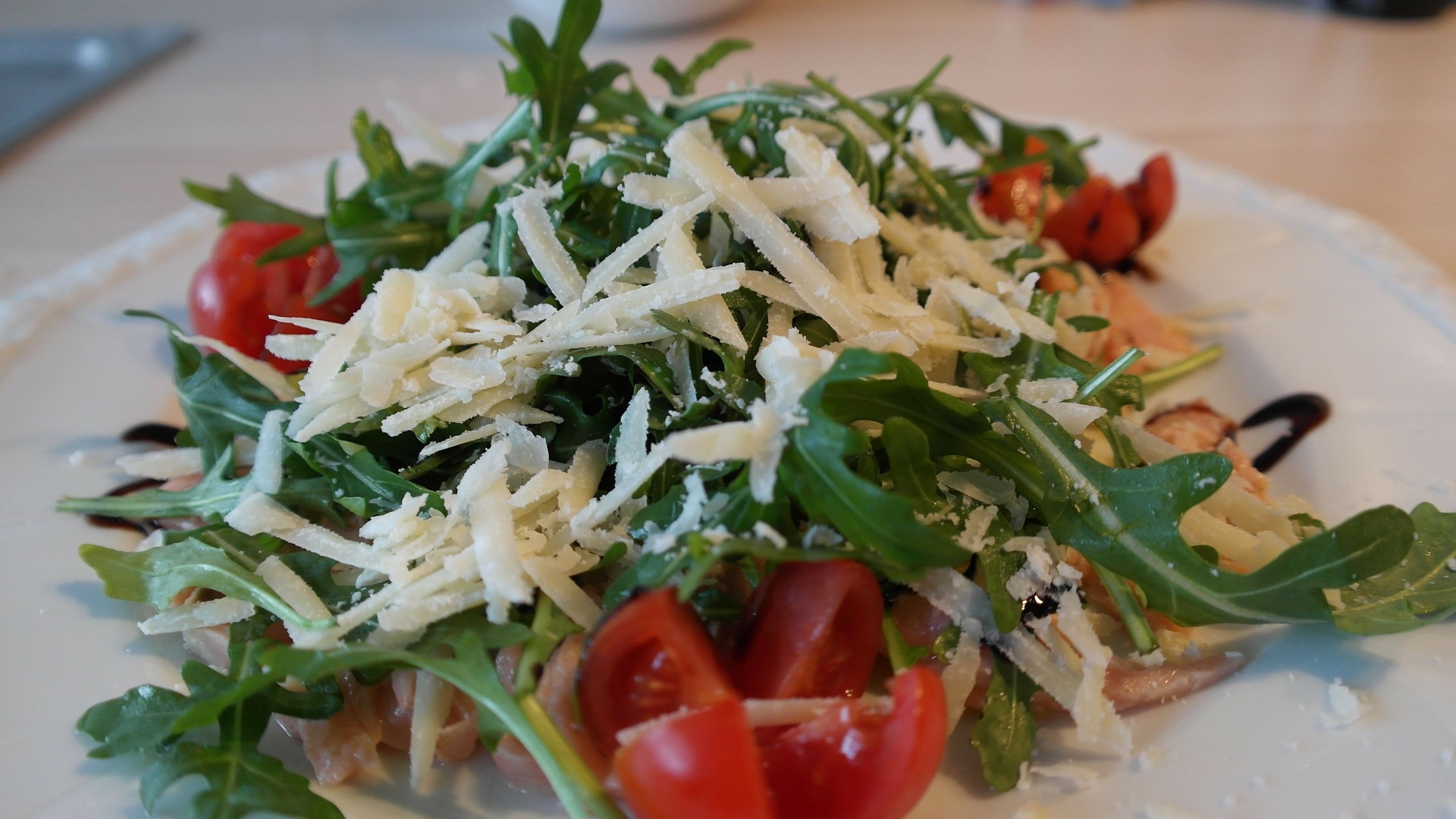 Roculasalat mit Käse und Tomaten