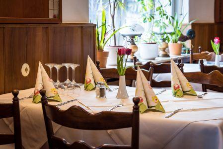 Koenigslinde-Restaurant-Esstisch