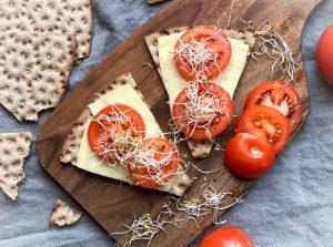 Knäckebröd med ost och grönsaker