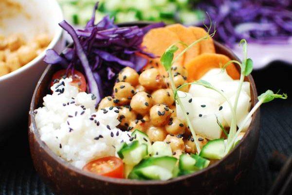 Bowl med jordnötsmarinerade kikärtor