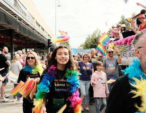 Kvinna med regnbågsboa under Gävle Prideparad.