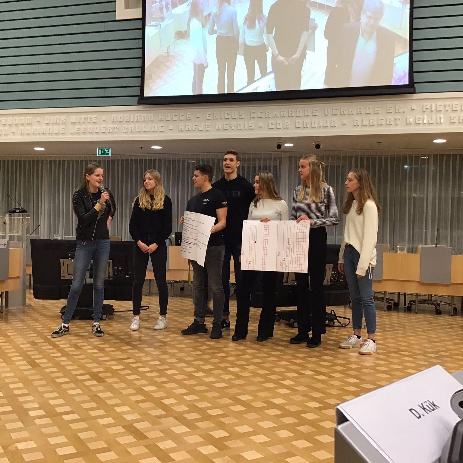 Werkgroep Jeugd en Democratie aan het woord tijdens schoolklassenbezoek
