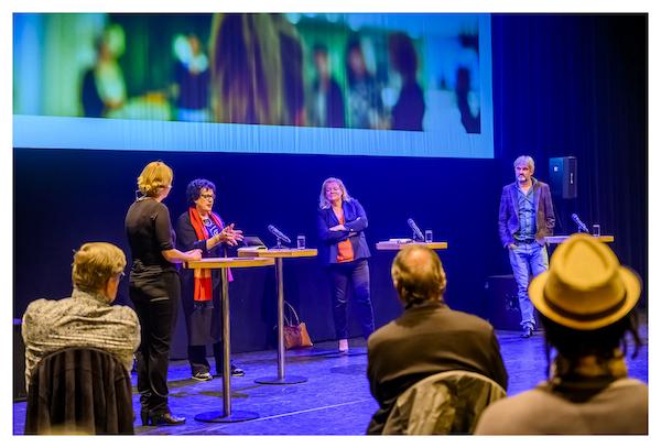 Debat op podium tijdens raadconferentie kansongelijkheid
