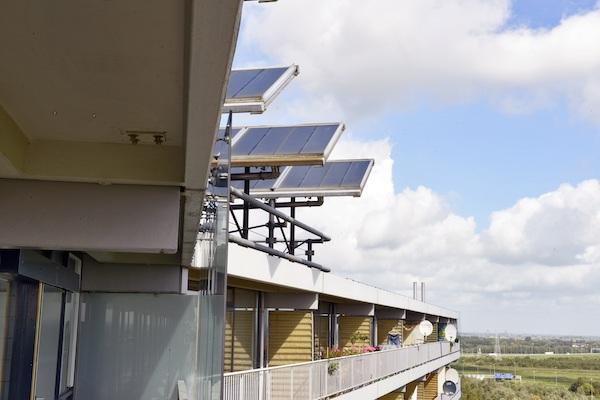 Flatgebouw met zonnepanelen op het dak