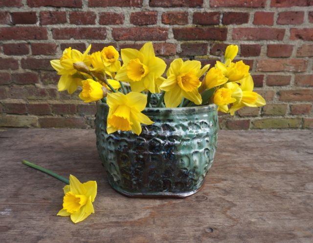 Hårdbrændt vase med påskeliljer