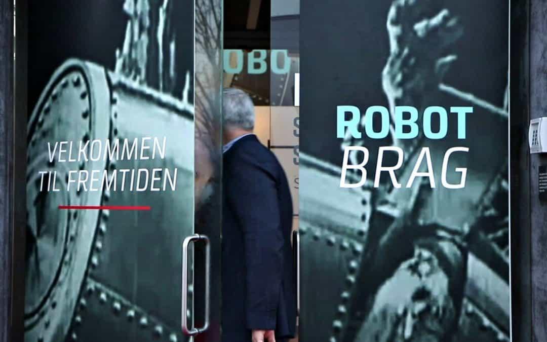 Mand går ind af dør til Robotbrag