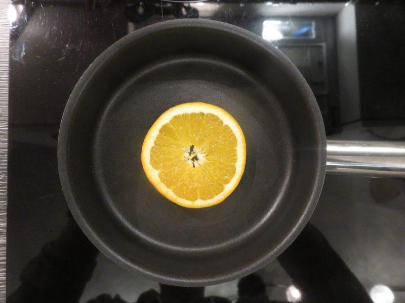 Orangenscheibe für den Gin karamellisieren