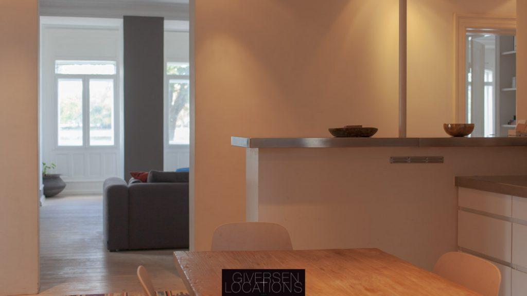 Location med kig fra køkken til stue